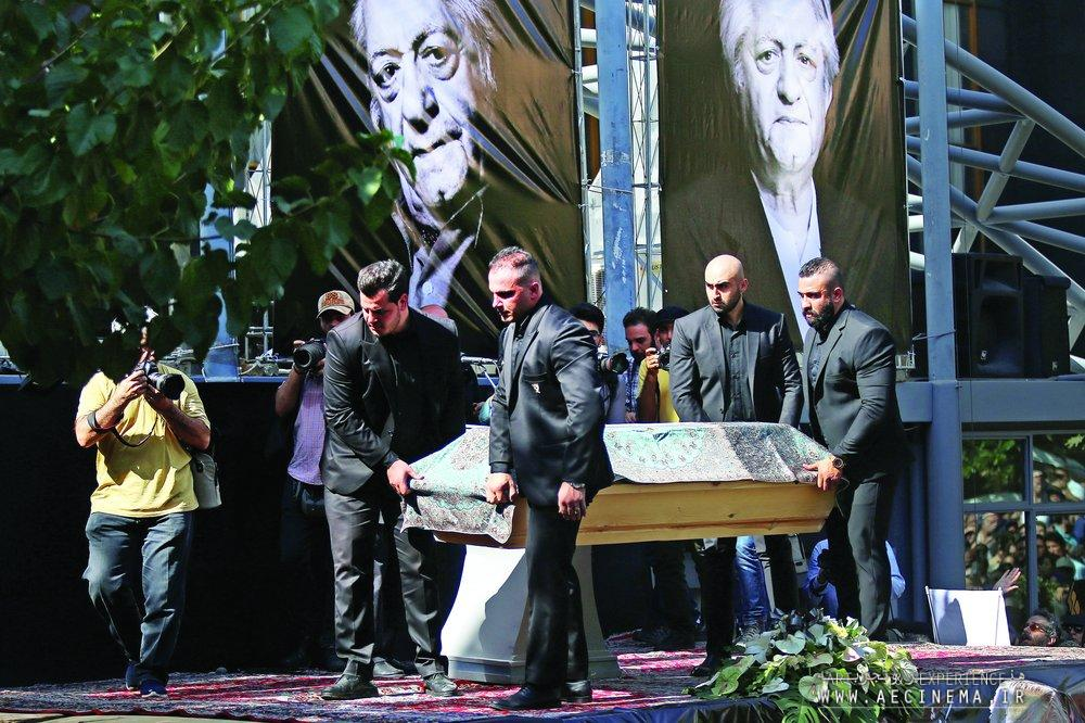 Thousands bid farewell to legendary actor Ezzatollah Entezami
